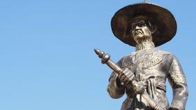 Estátua do rei Taksin de Thonburi, grande rei de Tailândia no fundo do céu azul Imagem de Stock