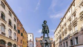 Estátua do ` s de Carlo Goldoni em Campo San Bartolomeo, Veneza fotografia de stock