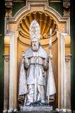 Estátua do sacerdote católico da catedral agradável. Imagem de Stock