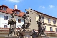 Estátua do salvador santamente com Cosmas e de Damian em Charles Bridge, Praga Imagem de Stock Royalty Free