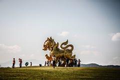 Estátua do singha do ouro em Boon Rawd Farm fotos de stock