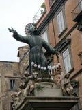 Estátua do St Gaetano que domina a plaza a mais antiga em Nápoles Italy fotografia de stock