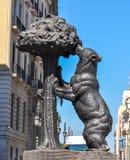 A estátua do urso e a árvore de morango em Puerta del Sol esquadram no Madri, Espanha foto de stock