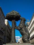 A estátua do urso e a árvore de morango no Madri Foto de Stock Royalty Free