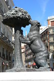 Estátua do urso e da árvore de morango fotografia de stock