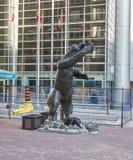 Estátua do urso pardo por Bruce Garner imagens de stock royalty free