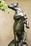 Estátua do urso que cheira as folhas reais imagens de stock
