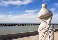 Estátua do vintage de uma garrafa que simboliza a poluição fotografia de stock royalty free
