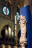 A estátua do Virgin e da criança dentro do Notre-Dame de Paris Fotografia de Stock Royalty Free