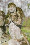 Estátua dos anjos na sepultura Fotografia de Stock Royalty Free