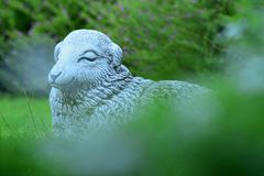 Estátua dos carneiros em um gramado verde imagem de stock royalty free