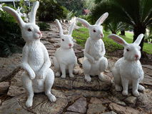 Estátua dos coelhos brancos no jardim Fotos de Stock Royalty Free