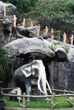 Estátua dos elefantes e das monges no templo da caverna, Dambulla, Sri Lanka, o 25 de janeiro de 2017 Fotografia de Stock