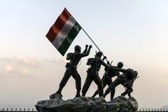 Estátua dos soldados índio que plantam a bandeira nacional, situada no distrito de Shimla imagem de stock royalty free