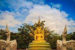 A estátua dourada bonita da Buda com sete Naga de Phaya dirige abaixo Imagens de Stock Royalty Free