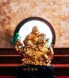 Estátua dourada chinesa do deus com fundo circular Fotografia de Stock Royalty Free