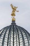 Estátua dourada com trombeta Imagem de Stock