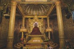 Estátua dourada da Buda de Myanmar Fotografia de Stock