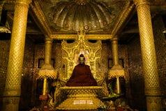 Estátua dourada da Buda de Myanmar Imagens de Stock