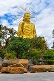 Estátua dourada da Buda de Sakyamuni em Van Hanh Pagoda no Lat da Dinamarca, Vietname Foto de Stock