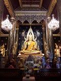 Estátua dourada da Buda em Tailândia do norte imagem de stock royalty free