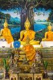 Estátua dourada da Buda na capela foto de stock royalty free