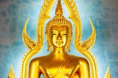 Estátua dourada da Buda no templo ou em Wat Benchamabophit de mármore Fotos de Stock Royalty Free