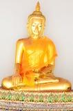 Estátua dourada da Buda no vestido do verão (Buda dourada) em Wat Pho Imagens de Stock