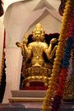 Estátua dourada da deidade na rua em Pattaya, Tailândia imagem de stock