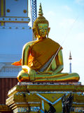 Estátua dourada de buddha de Phra que templo de Phanom foto de stock