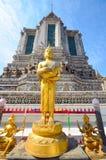 Estátua dourada de buddha na cara das paredes do templo Fotografia de Stock