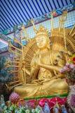Estátua dourada de Guan Yin com 1000 mãos Guanyin ou Guan Yin mim Imagem de Stock