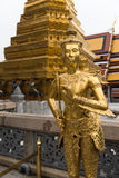 Estátua dourada de Kinnari no palácio grande, Banguecoque Fotos de Stock Royalty Free