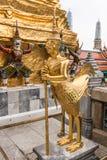Estátua dourada de Kinnari no templo, Wat Phra Kaew no palácio grande Fotografia de Stock