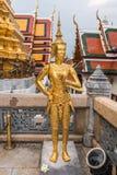 Estátua dourada de Kinnari no templo, Wat Phra Kaew no palácio grande Fotos de Stock