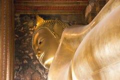Estátua dourada de reclinação da Buda no templo Wat-Po público em Banguecoque Fotografia de Stock