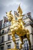A estátua dourada de Saint Joana do arco imagem de stock