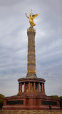 Estátua dourada do anjo de Berlim na coluna em Tiergarten Fotos de Stock