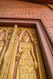 estátua dourada do anjo na porta grande no templo Foto de Stock Royalty Free
