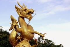 Estátua dourada do dragão com fundo do céu azul Imagens de Stock Royalty Free