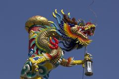 Estátua dourada do dragão no templo chinês fotos de stock