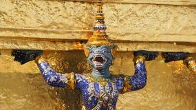 Estátua dourada do garuda em Wat Phra Kaew Imagens de Stock