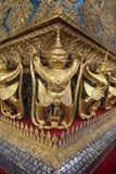 Estátua dourada do templo imagens de stock royalty free