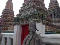 Estátua dourada em Wat Phra Kaew em Banguecoque foto de stock royalty free