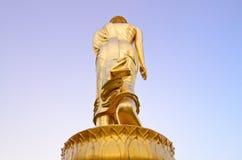 Estátua dourada ereta da Buda no wat Pra que Kao Noi é ponto do marco e de vista na província de Nan, Tailândia do norte Foto de Stock Royalty Free