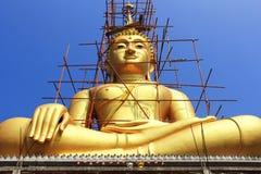 Estátua dourada grande da Buda sob a construção Imagem de Stock
