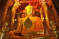 Estátua dourada grande de buddha no templo no templo de Panan Choeng, Ayutthaya fotografia de stock royalty free