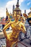 Estátua dourada no templo de Emerald Buddha Wat Phra Kaew em Royal Palace grande Banguecoque, Tailândia Imagem de Stock Royalty Free