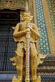 Estátua dourada no templo de Tailândia Imagem de Stock
