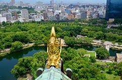 Estátua dourada ou Shachihoko dos peixes do dragão na parte superior do telhado e em v aéreo Fotos de Stock